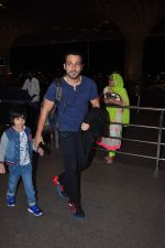 Emraan Hashmi leaves for New Year_s on 28th Dec 2015 (37)_56822f9e2c71d.JPG