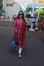 Hema Malini snapped at Airport on 28th Dec 2015 (4)_56822f2b4ae5c.JPG