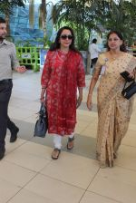 Hema Malini snapped at Airport on 28th Dec 2015 (6)_56822f2d6a8b1.JPG