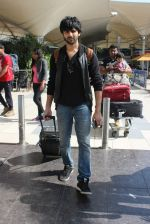 Kartik Aaryan snapped at Airport on 28th Dec 2015 (12)_56822f37ed9d8.JPG