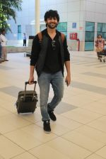 Kartik Aaryan snapped at Airport on 28th Dec 2015 (13)_56822f3904c6c.JPG