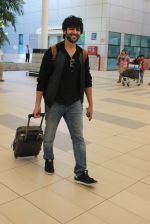 Kartik Aaryan snapped at Airport on 28th Dec 2015 (14)_56822f39a1c31.JPG