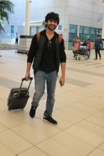 Kartik Aaryan snapped at Airport on 28th Dec 2015 (15)_56822f3a7caec.JPG