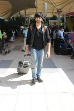 Kartik Aaryan snapped at Airport on 28th Dec 2015 (17)_56822f3c52168.JPG