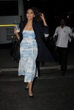Sonam Kapoor snapped at Airport on 28th Dec 2015 (10)_56822f5e6931f.JPG