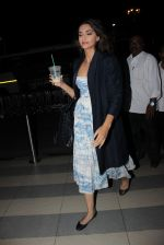 Sonam Kapoor snapped at Airport on 28th Dec 2015 (12)_56822f5fe4182.JPG