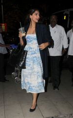 Sonam Kapoor snapped at Airport on 28th Dec 2015 (4)_56822f5a245dc.JPG