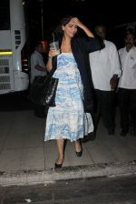 Sonam Kapoor snapped at Airport on 28th Dec 2015 (6)_56822f5bafed3.JPG