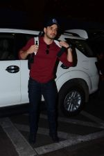 Sooraj Pancholi leaves for New Year_s on 28th Dec 2015 (6)_56822f77c239b.JPG