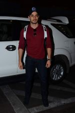 Sooraj Pancholi leaves for New Year_s on 28th Dec 2015 (7)_56822f78bd978.JPG