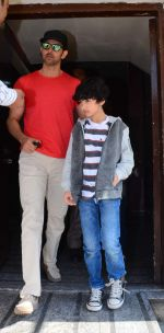 Hrithik Roshan snapped with kids in pvr juhu on 29th Dec 2015 (2)_56838c81d1a8b.JPG