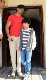 Hrithik Roshan snapped with kids in pvr juhu on 29th Dec 2015 (4)_56838c852ea90.JPG