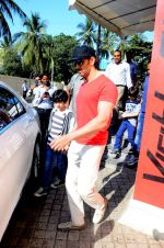 Hrithik Roshan snapped with kids in pvr juhu on 29th Dec 2015 (6)_56838c87c866c.JPG