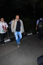 Sunny Deol snapped at airport on 31st Dec 2015 (18)_56869a42b167c.JPG