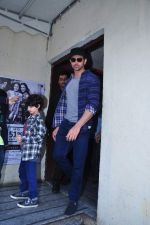 Hrithik Roshan snapped with kids at pvr on 2nd Jan 2016 (2)_5688fe467d344.JPG