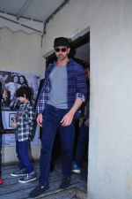 Hrithik Roshan snapped with kids at pvr on 2nd Jan 2016 (3)_5688fe4797a62.JPG