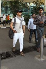 Sonu Nigam snapped at airport on 4th Jan 2016 (32)_568b70fc3f5c7.JPG
