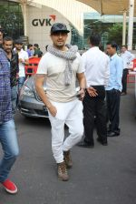 Sonu Nigam snapped at airport on 4th Jan 2016 (35)_568b70ff2203a.JPG