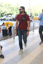 Farhan AKhtar snapped at the airport on 5th Jan 2016