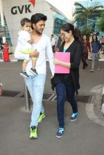 Riteish Deshmukh, Genelia D Souza snapped at Airport on 6th Jan 2016 (46)_568e220d0d558.JPG