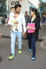 Riteish Deshmukh, Genelia D Souza snapped at Airport on 6th Jan 2016 (48)_568e220e3c3ee.JPG
