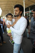 Riteish Deshmukh, Genelia D Souza snapped at Airport on 6th Jan 2016 (50)_568e21f909080.JPG