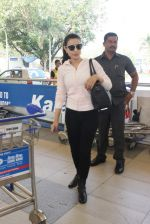 Ameesha Patel snapped at airport on 10th Jan 2016 (25)_5693b65ece585.JPG