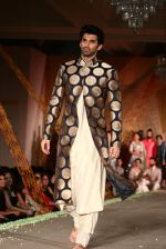 Aditya Roy Kapur walks for Manish Malhotra show for Sahachari Foundation on 14th Jan 2016 (248)_5698f2dcb9e57.JPG