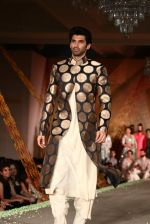 Aditya Roy Kapur walks for Manish Malhotra show for Sahachari Foundation on 14th Jan 2016 (249)_5698f2de059dc.JPG