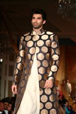 Aditya Roy Kapur walks for Manish Malhotra show for Sahachari Foundation on 14th Jan 2016 (250)_5698f2df31043.JPG