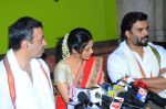 Ritika Singh, Madhavan, Rajkumar Hirani with Saala Khadoos team celebrate Pongal on 14th Jan 2016 (13)_5698ec9d22f56.JPG