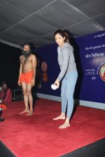 Shilpa Shetty at Baba Ramdev Yoga camp early morning at 6.30 am on 20th Jan 2016 (28)_56a0882a7dfd9.JPG