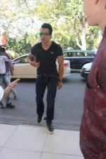 Sonu Sood snapped at airport on 22nd Jan 2016 (48)_56a374d4de899.JPG