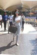 Kanika Kapoor snapped at the airport on 26th Jan 2016