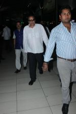 Dharmendra snapped at airport  on 27th Jan 2016 (2)_56a9b8352e365.JPG