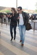 Kareena Kapoor, Saif Ali KHan snapped at airport  on 29th Jan 2016  (26)_56acaffbe1c4c.JPG