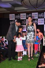 Manoj Bajpai with wife Neha and daughter at a new kids collection launch on 29th Jan 2016 (21)_56ac667b6f349.JPG
