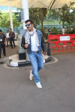 Ravi Kishan snapped at airport  on 29th Jan 2016  (32)_56acb0621a201.JPG