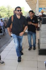 Sunny Deol snapped at airport  on 30th Jan 2016 (22)_56adfab135ec4.JPG