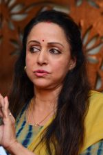 Hema Malini meets press on plot allotment issue on 1st Feb 2016 (36)_56b05ae304db5.JPG