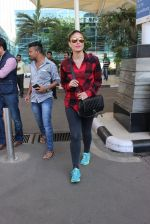 Kareena Kapoor snapped at airport on 4th Feb 2016 (31)_56b452437f20c.JPG