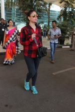 Kareena Kapoor snapped at airport on 4th Feb 2016 (35)_56b45246a0b5f.JPG