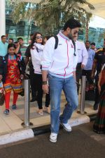 Abhishek Bachchan snapped at Airport on 6th Feb 2016 (23)_56b734bfb2a4c.JPG