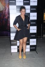 Sonakshi Sinha at Rohan Shrestha_s exhibition on 6th Feb 2016 (221)_56b738ad1d52c.JPG