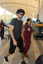 Aditya Roy Kapoor snapped at airport on 9th Feb 2016