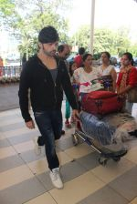 Himesh Reshammiya snapped at airport on 13th Feb 2016 (7)_56c05e0c55853.JPG