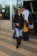 Surveen Chawla snapped at airport on 15th Feb 2015 (23)_56c2c34416c49.JPG