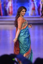 Sonali Bendre walk the ramp for Shaina NC Show at Make in India show at Prince of Wales Musuem with latest Bridal Couture in Mumbai on 17th Feb 2016 (56)_56c5796c84d10.JPG