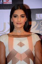 Sonam Kapoor at zee cine awards 2016 on 20th Feb 2016 (570)_56c99f4188a33.JPG
