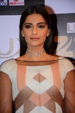 Sonam Kapoor at zee cine awards 2016 on 20th Feb 2016 (571)_56c99f42e4a8c.JPG